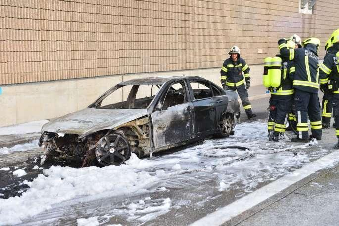 Auto stand in Vollbrand