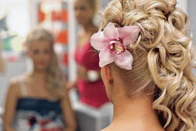 Das Brautkleid gibt den Typ der Frisur vor