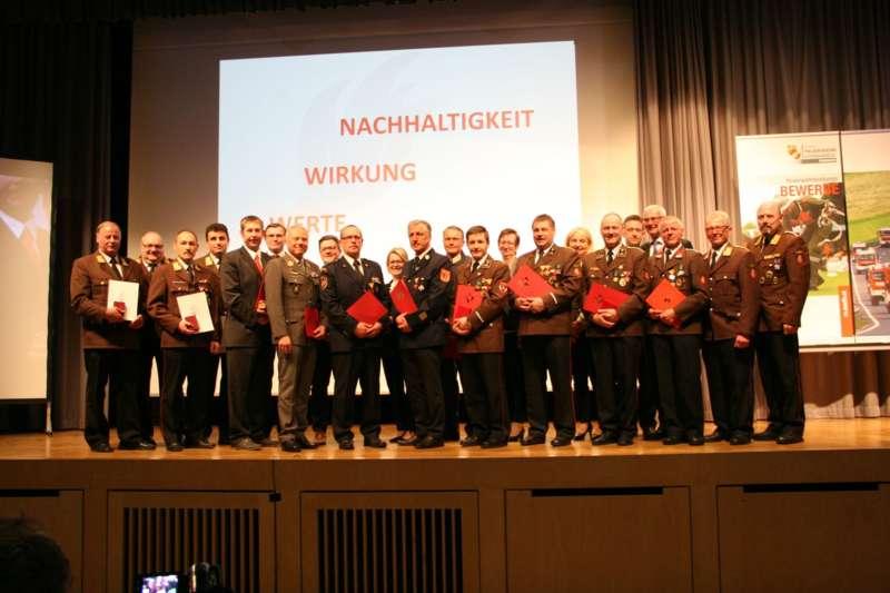 Verdiente Kameraden bei FF-Bezirksversammlung geehrt - Bild 13