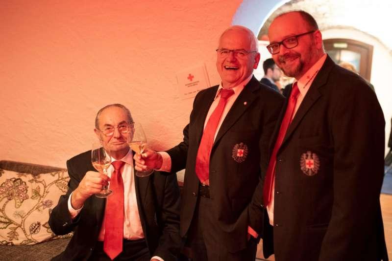 Prominente Paten Heben Rotkreuz Wein Aus Der Taufe