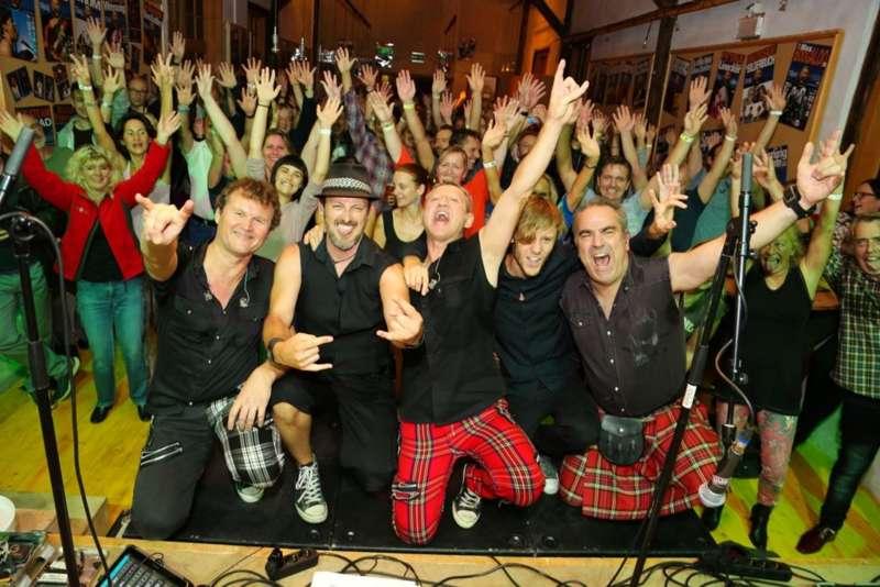 Paddy Murphysorgten für mitreißenden Power-Folk-RockimLokschuppm Klaus - Bild 14