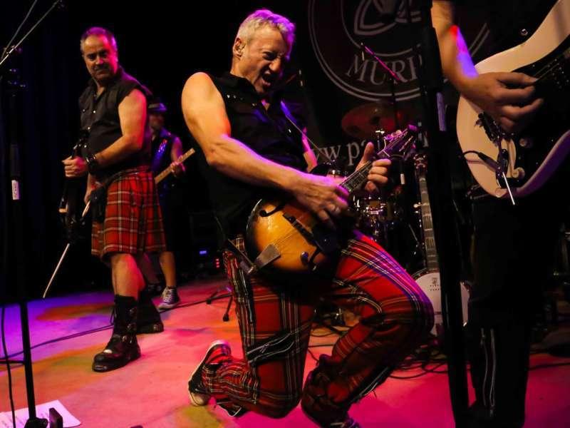 Paddy Murphysorgten für mitreißenden Power-Folk-RockimLokschuppm Klaus - Bild 37