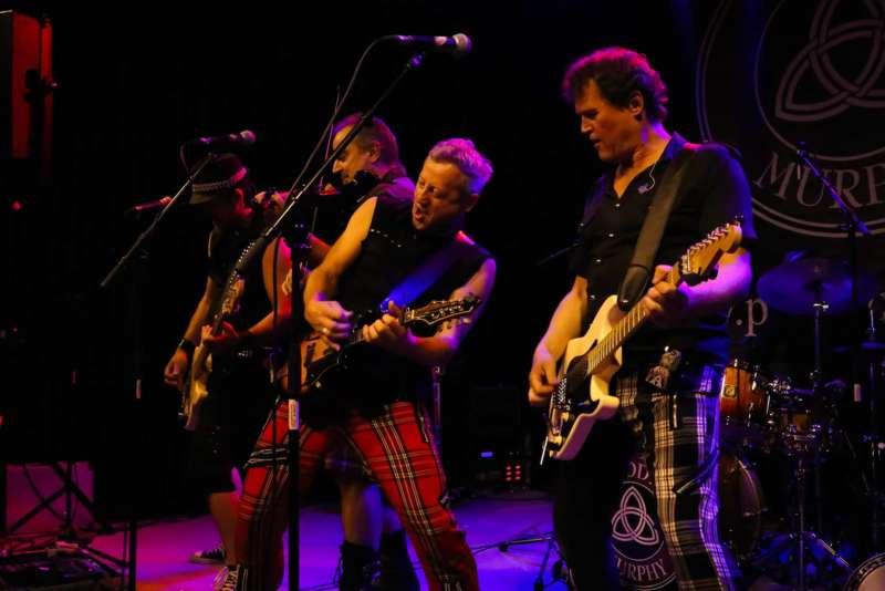 Paddy Murphysorgten für mitreißenden Power-Folk-RockimLokschuppm Klaus - Bild 41