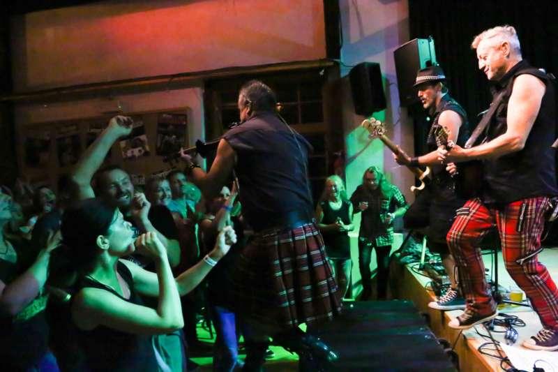 Paddy Murphysorgten für mitreißenden Power-Folk-RockimLokschuppm Klaus - Bild 48