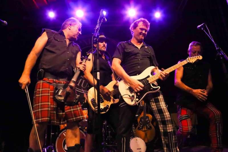 Paddy Murphysorgten für mitreißenden Power-Folk-RockimLokschuppm Klaus - Bild 49