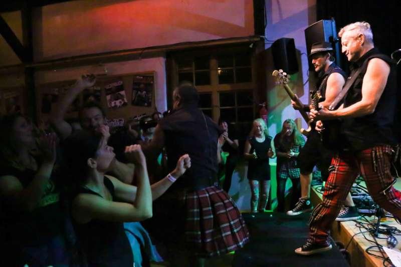 Paddy Murphysorgten für mitreißenden Power-Folk-RockimLokschuppm Klaus - Bild 60