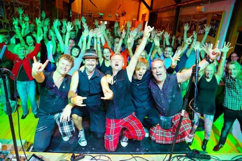 Paddy Murphysorgten für mitreißenden Power-Folk-RockimLokschuppm Klaus - Bild 63