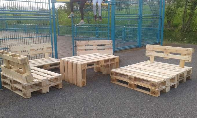 Jugendliche bauten holzpaletten m bel f r sportanlage - Holzpaletten mobel ...
