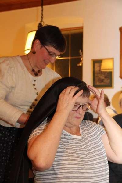 Wie schwarze Seide sprechen kann: Kopftuchbinden  - Bild 4