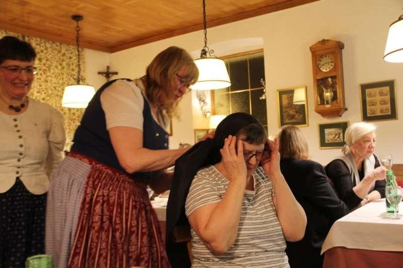 Wie schwarze Seide sprechen kann: Kopftuchbinden  - Bild 6