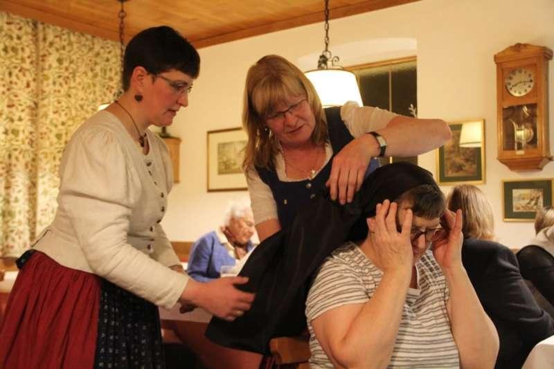 Wie schwarze Seide sprechen kann: Kopftuchbinden  - Bild 7