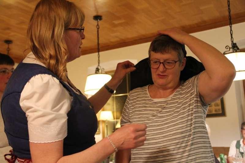 Wie schwarze Seide sprechen kann: Kopftuchbinden  - Bild 10