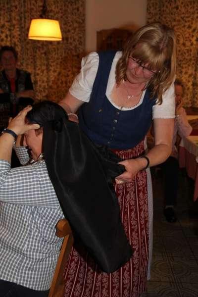 Wie schwarze Seide sprechen kann: Kopftuchbinden  - Bild 11