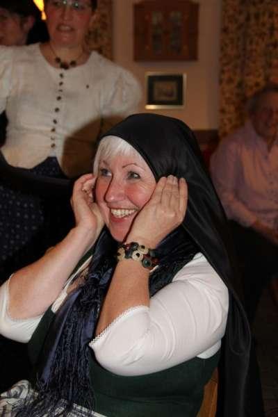 Wie schwarze Seide sprechen kann: Kopftuchbinden  - Bild 40