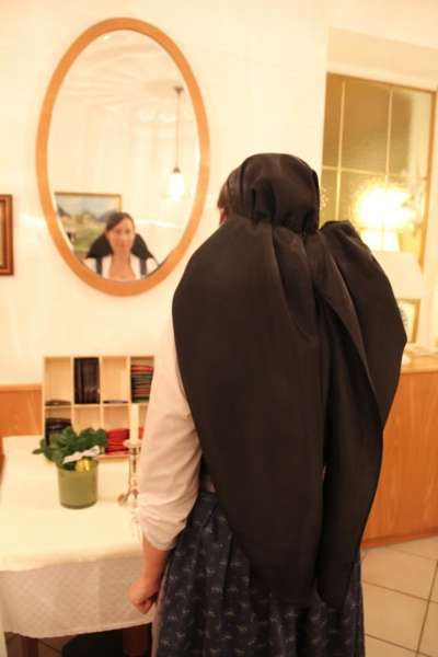 Wie schwarze Seide sprechen kann: Kopftuchbinden  - Bild 42
