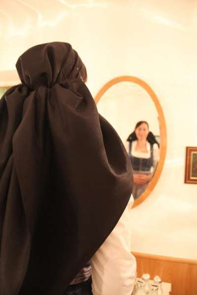 Wie schwarze Seide sprechen kann: Kopftuchbinden  - Bild 44