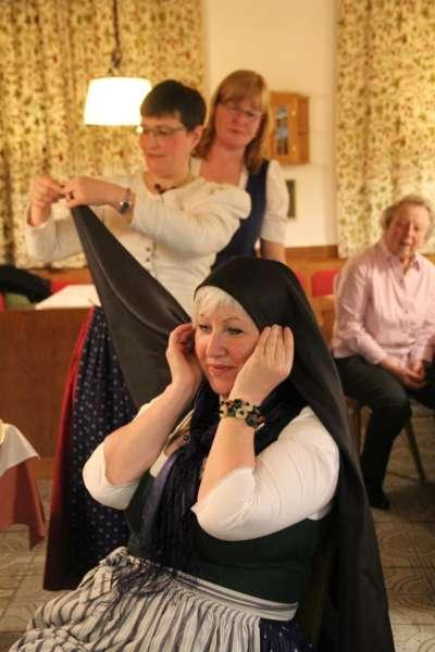 Wie schwarze Seide sprechen kann: Kopftuchbinden  - Bild 45