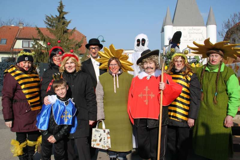 Mit Donald Trump und Dornröschen beim Faschingsumzug in Etsdorf - Bild 4