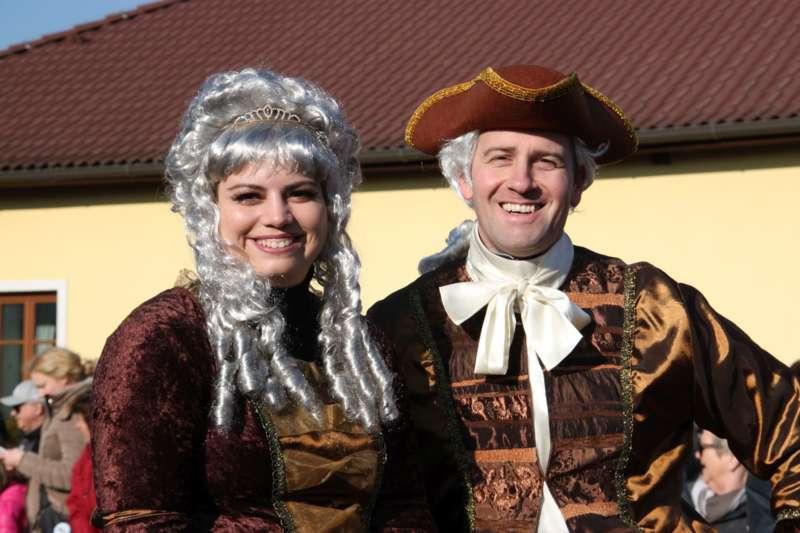 Mit Donald Trump und Dornröschen beim Faschingsumzug in Etsdorf - Bild 7