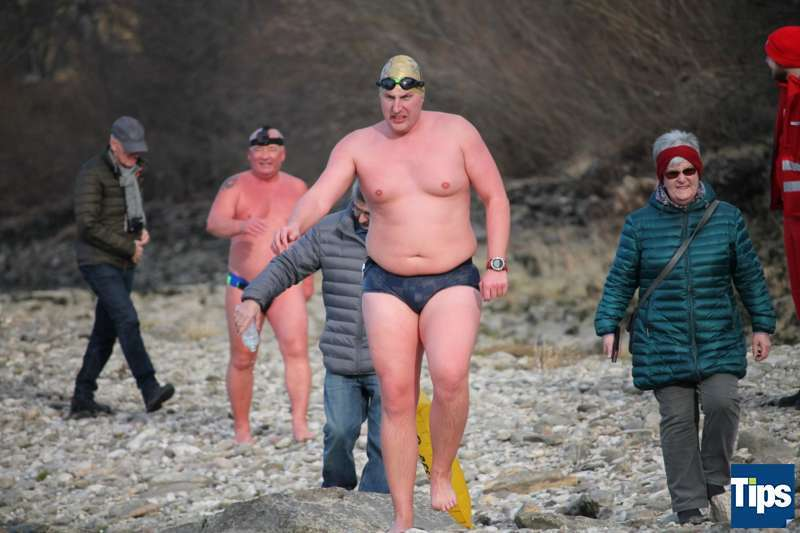 Sie haben es wieder getan: Eisschwimmer wagten sich bei Schönbühel in die Donau - Bild 2