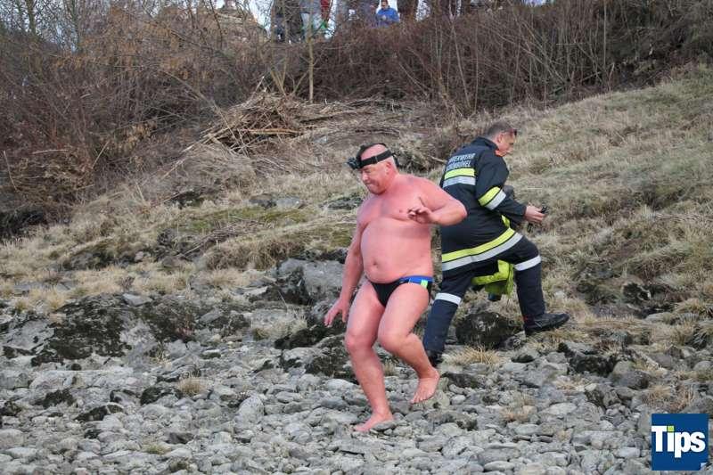 Sie haben es wieder getan: Eisschwimmer wagten sich bei Schönbühel in die Donau - Bild 3