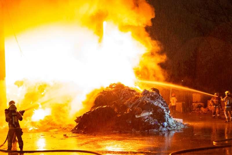Brand bei Abfallunternehmen in Traun  - Bild 5