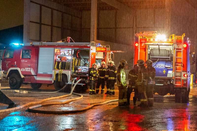 Brand bei Abfallunternehmen in Traun  - Bild 6