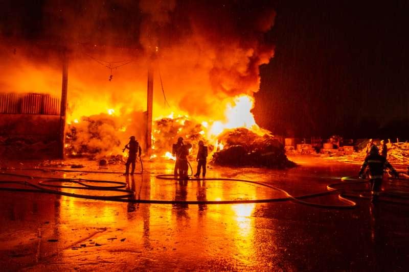 Brand bei Abfallunternehmen in Traun  - Bild 7