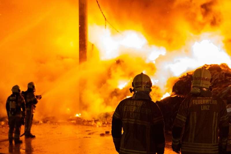 Brand bei Abfallunternehmen in Traun  - Bild 9