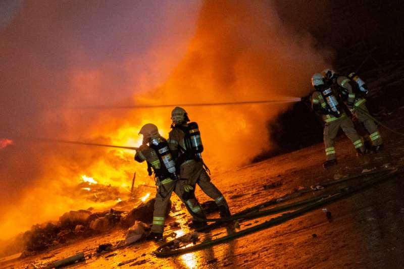Brand bei Abfallunternehmen in Traun  - Bild 10