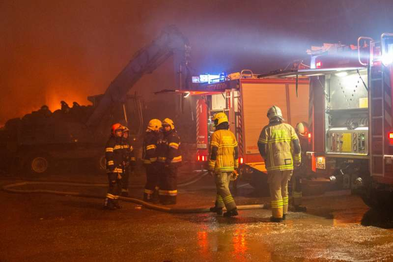 Brand bei Abfallunternehmen in Traun  - Bild 11