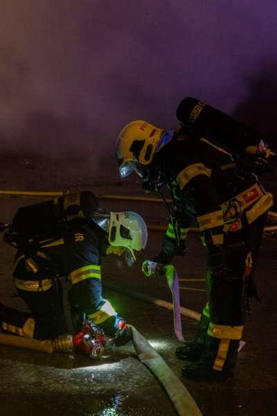 Brand bei Abfallunternehmen in Traun  - Bild 12