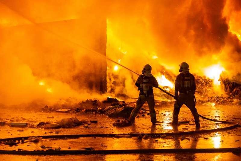 Brand bei Abfallunternehmen in Traun  - Bild 13