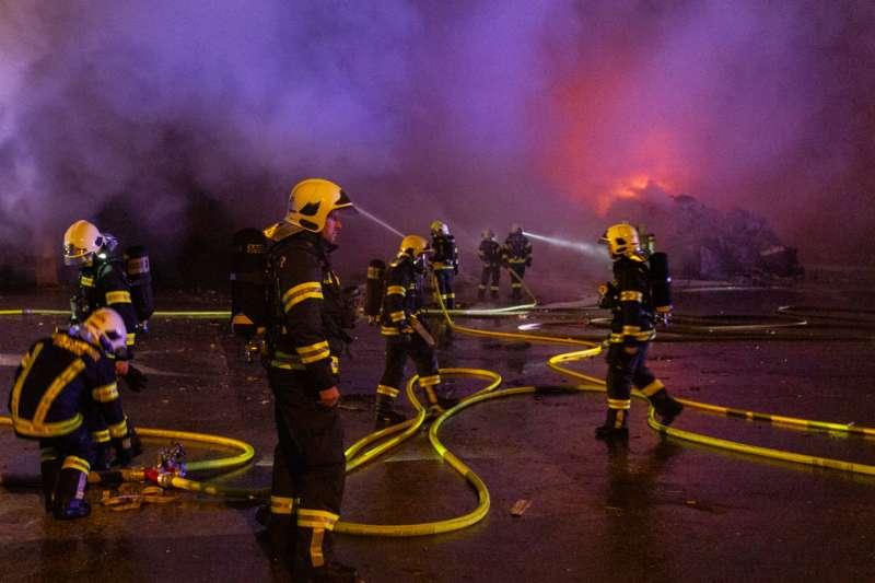 Brand bei Abfallunternehmen in Traun  - Bild 14