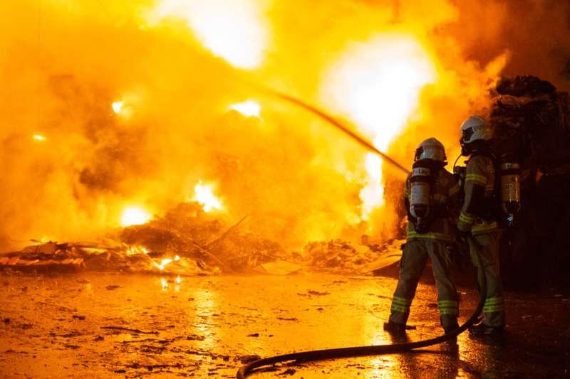 Brand bei Abfallunternehmen in Traun  - Bild 15