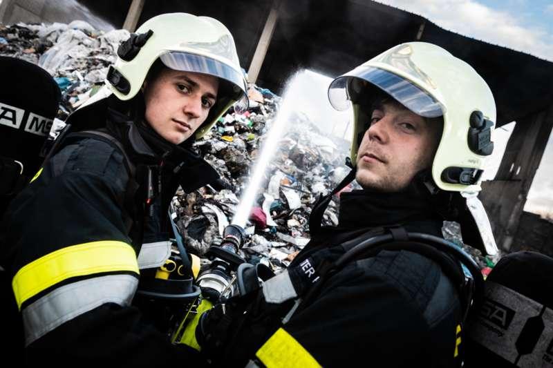 Brand bei Abfallunternehmen in Traun  - Bild 21