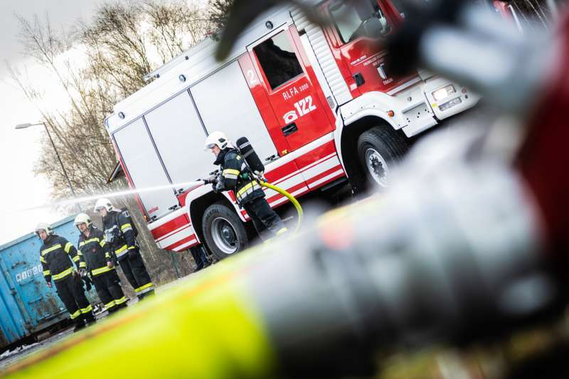Brand bei Abfallunternehmen in Traun  - Bild 26