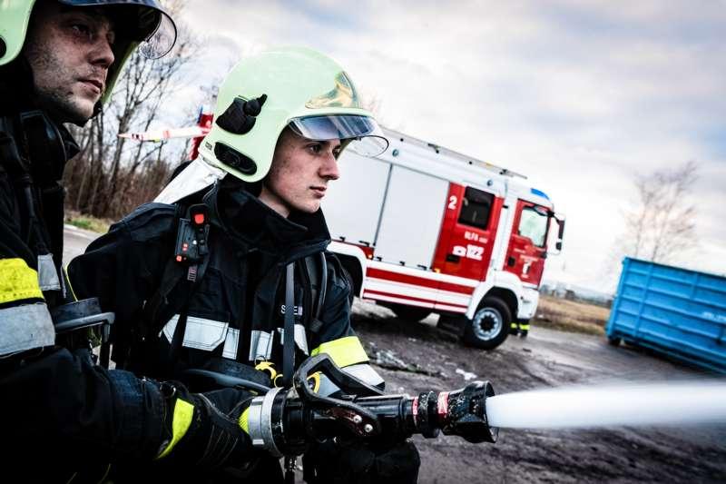Brand bei Abfallunternehmen in Traun  - Bild 27