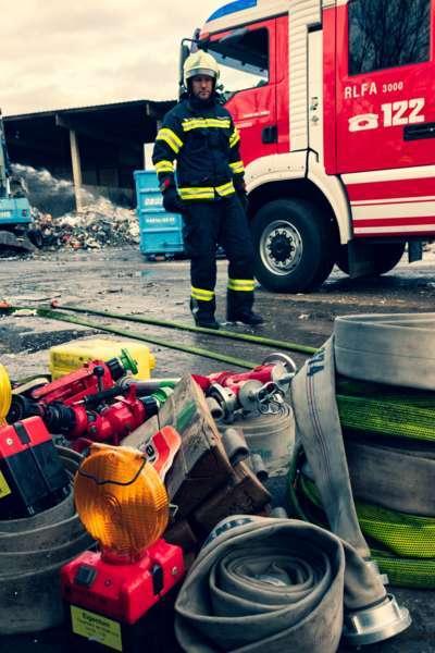 Brand bei Abfallunternehmen in Traun  - Bild 30