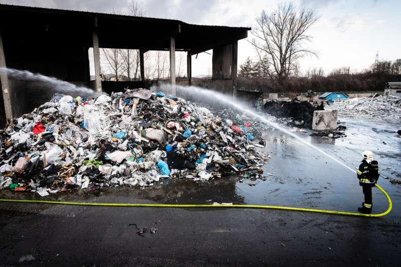 Brand bei Abfallunternehmen in Traun  - Bild 31