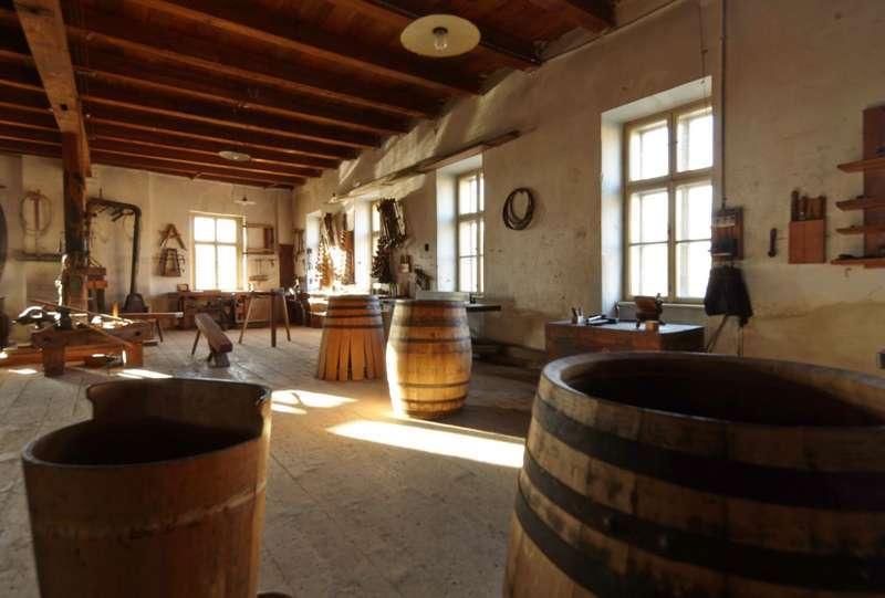 HOLZ - HAND - WERK Handwerker im Fassbinderei- und Weinbaumuseum Straß - Bild 1395331046