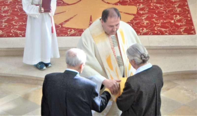 Grünau im Almtal : Der Kirchenchor bereicherte mit dem Gesang den Festgottesdienst der Ehejubiläen. - Bild 2