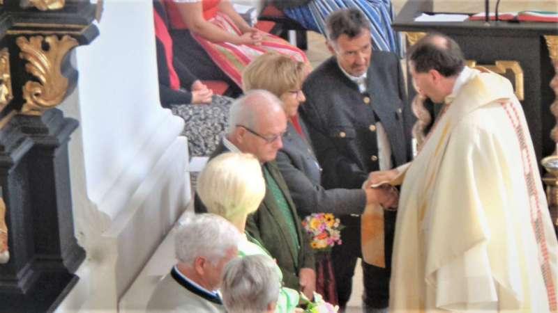 Grünau im Almtal : Der Kirchenchor bereicherte mit dem Gesang den Festgottesdienst der Ehejubiläen. - Bild 3