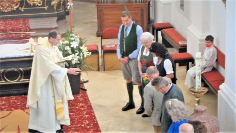 Grünau im Almtal : Der Kirchenchor bereicherte mit dem Gesang den Festgottesdienst der Ehejubiläen. - Bild 7
