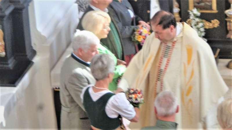 Grünau im Almtal : Der Kirchenchor bereicherte mit dem Gesang den Festgottesdienst der Ehejubiläen. - Bild 11