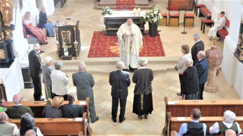Grünau im Almtal : Der Kirchenchor bereicherte mit dem Gesang den Festgottesdienst der Ehejubiläen. - Bild 12