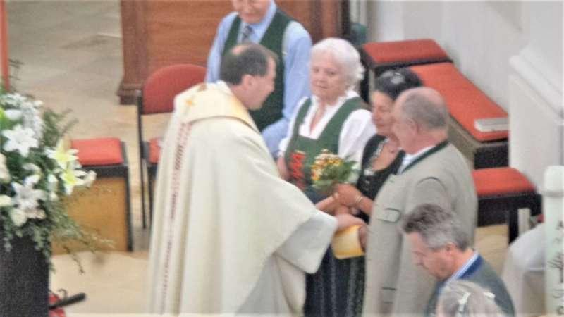 Grünau im Almtal : Der Kirchenchor bereicherte mit dem Gesang den Festgottesdienst der Ehejubiläen. - Bild 13