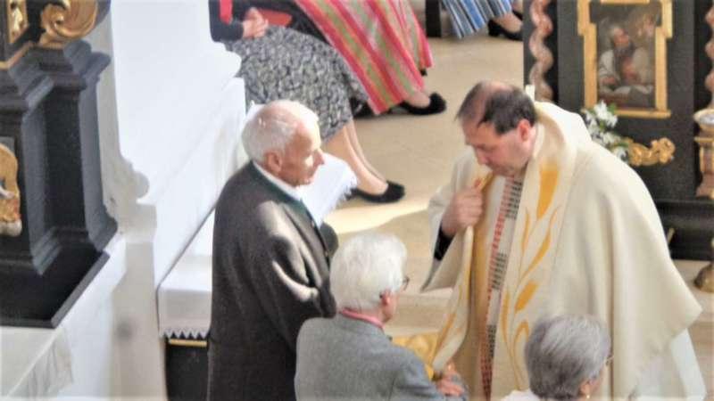 Grünau im Almtal : Der Kirchenchor bereicherte mit dem Gesang den Festgottesdienst der Ehejubiläen. - Bild 15