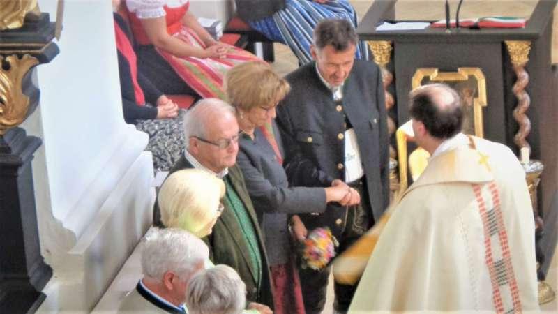 Grünau im Almtal : Der Kirchenchor bereicherte mit dem Gesang den Festgottesdienst der Ehejubiläen. - Bild 16
