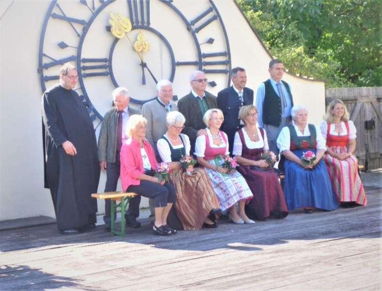Grünau im Almtal : Der Kirchenchor bereicherte mit dem Gesang den Festgottesdienst der Ehejubiläen. - Bild 17